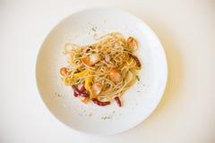 Spaghettiworst met droge Spaanse pepers Stock Fotografie