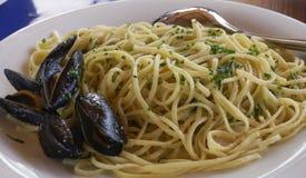 Spaghettizeevruchten met mosselen en verse groene uienclose-up Stock Afbeeldingen