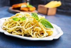 Spaghetty med pesto Arkivfoton