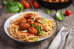 Spaghetty pasta med köttbullar och tomatsås Royaltyfri Foto