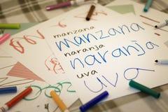 Spagnolo; Bambini che scrivono nome dei frutti per la pratica Immagini Stock Libere da Diritti