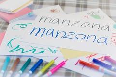 Spagnolo; Bambini che scrivono nome dei frutti per la pratica Immagine Stock Libera da Diritti