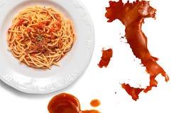 Spaguetti nad stołem z Italy mapą zdjęcia stock