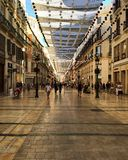 spain Malaga Shoppinggata under en markis Royaltyfri Fotografi