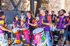 SPAIN-TORREVIEJA,反对巨蟹星座- 2018年6月16日的音乐会岩石:青年人鼓撞击声小手鼓Capoeira Bateria  库存照片