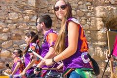 SPAIN-TORREVIEJA,阿利坎特, 2018 6月16日,快乐的笑的青年人鼓撞击声小手鼓Capoeira节奏 免版税库存照片