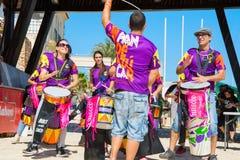 SPAIN-TORREVIEJA, ALICANTE, ROCCIA DI CONCERTO CONTRO CANCRO - 16 GIUGNO 2018: Bateria dello sguardo dei giovani al capo Drum Per fotografie stock libere da diritti