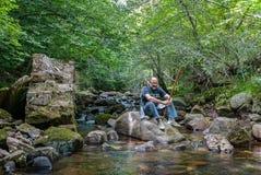spain Uomo nel fiume Rubagon Barruelo de Santullan Palencia immagini stock