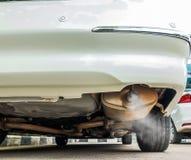 Spalanie wścieka się przybycie z samochodowej wydmuchowej drymby, zanieczyszczenia powietrza pojęcie obrazy stock