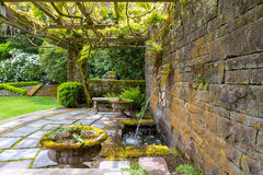 Spaljé för renässansLion Head Water Fountain Under Wisteria Arkivfoto