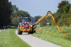 Spalla di falciatura del bordo della strada del trattore Fotografia Stock Libera da Diritti