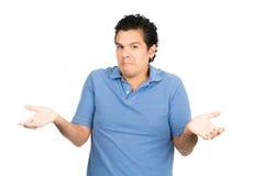 Spalle non sicure dell'uomo del latino che scrollano le spalle le mani su Fotografia Stock