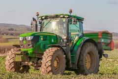 Spalmatore del fertilizzante e del trattore nel campo Fotografie Stock Libere da Diritti