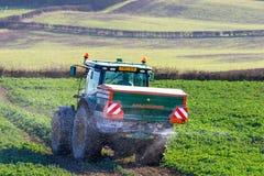 Spalmatore del fertilizzante e del trattore nel campo Fotografia Stock Libera da Diritti