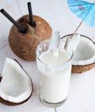 Spalsh napój z mlekiem i koksem zdjęcia stock