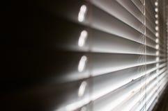 Spalt in den Vorhängen stockfoto