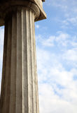 Spalte auf Hintergrund des blauen Himmels Stockfoto