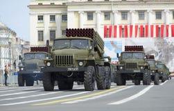 Spalte BM-21-1 MLRS-` Absolvent ` an der Wiederholung der Parade zu Ehren Victory Days Stockbild