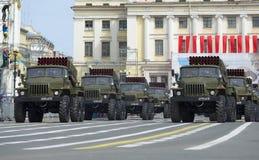 Spalte BM-21-1 MLRS-` Absolvent ` an der Wiederholung der Parade zu Ehren Victory Days St Petersburg Stockbilder