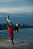 Spalte des Balletttänzers nahe Fluss Stockfotos