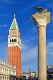 Spalte des Löwes von Venedig und von Glockenturm, Venedig Lizenzfreie Stockfotografie