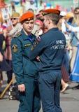 Spalte, die entlang die Straße marschiert Stadtbild von Moskau auf Victory Day Sicherheitsbeamte auf Parade Stockbilder
