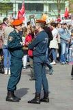 Spalte, die entlang die Straße marschiert Stadtbild von Moskau auf Victory Day Sicherheitsbeamte auf Parade Stockfoto