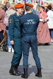 Spalte, die entlang die Straße marschiert Stadtbild von Moskau auf Victory Day Sicherheitsbeamte auf Parade Lizenzfreie Stockbilder