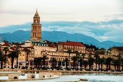 Spalte, Kroatien Adriatisches Ufer mit Diocletian-Palast am Abend Stockfotografie
