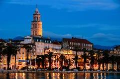 Spalte, Kroatien Adriatisches Ufer mit Diocletian-Palast nachts Stockbilder