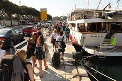 Spalte, Kroatien - 19. August 2017: Leute im Hafen der Spalte, kroatisch stockfotos