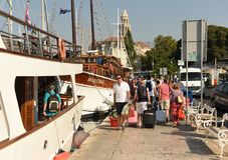 Spalte, Kroatien - 19. August 2017: Leute im Hafen der Spalte, kroatisch lizenzfreies stockbild