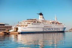 SPALTE, KROATIEN - 11. JULI 2017: ` JADROLINIJA ` Kreuzschiff im Hafen der Spaltenstadt - Kroatien Stockbild