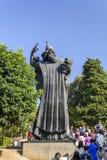 SPALTE, KROATIEN, AM 1. OKTOBER 2017: Tourist, der den Gregory wenn Nin-Fuß für Glück und Gesundheit in der Spalte geht und berüh stockbild