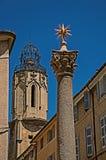 Spalte mit goldenem Stern auf die Oberseite und Glockenturm in Aix-en-Provence Stockbilder