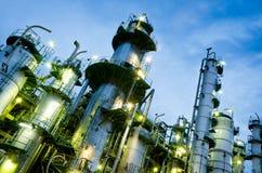 Spaltekontrollturm im petrochemischen Werk lizenzfreies stockfoto