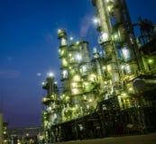 Spaltekontrollturm im petrochemischen Werk lizenzfreie stockfotos