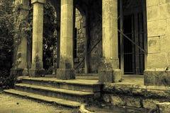 Spalten auf altem Gebäude Stockfotos