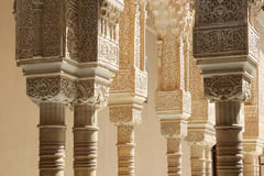 Spalten in der islamischen (maurischen) Art in Alhambra, Granada, Spanien Lizenzfreies Stockbild