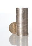Spalten der Münzen getrennt auf weißer Farbe Lizenzfreies Stockbild