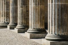 Spalten in der Reihe - Basis von Säulen, Gericht historisch stockfotografie