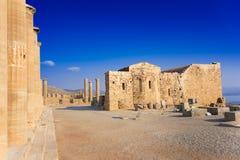 Spalten der Säulenhalle und der Kirche von Johannes auf der Akropolise von Li Lizenzfreie Stockfotos