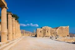 Spalten der Säulenhalle und der Kirche von Johannes auf der Akropolise von Li Lizenzfreie Stockfotografie
