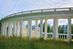 Spalten des Architekturkomplexes Znamenskoye-Rayokzustandes (18. Jahrhundert) in Torzhok-Bezirk Stockfotos