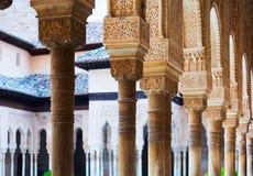 Spalten des Gerichtes der Löwen in Alhambra in der Tageszeit granada Stockbilder