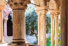 Spalten des Klosters von Basilica di San Zeno Stockbilder