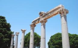 Spalten in Ephesus, die Türkei, auf dem Hintergrund des blauen Himmels Stockfotografie