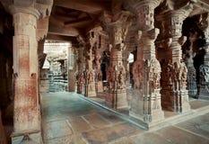 Spalten innerhalb des des 12. Jahrhunderts Jain Tempels Stockfotografie