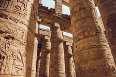Spalten mit Hieroglyphen in Karnak-Tempel in Luxor, Ägypten Reise stockfotos