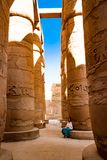 Spalten nähern sich altem Tempel in Luxor, Ägypten Lizenzfreie Stockfotos